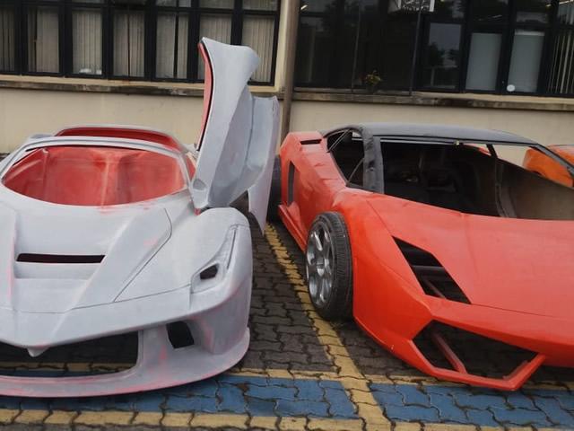 e54273dea Seguindo uma denúncia do escritório de advocacia que representa as marcas  Ferrari e Lamborghini no Brasil, policiais do Deic (Departamento Estadual  de ...